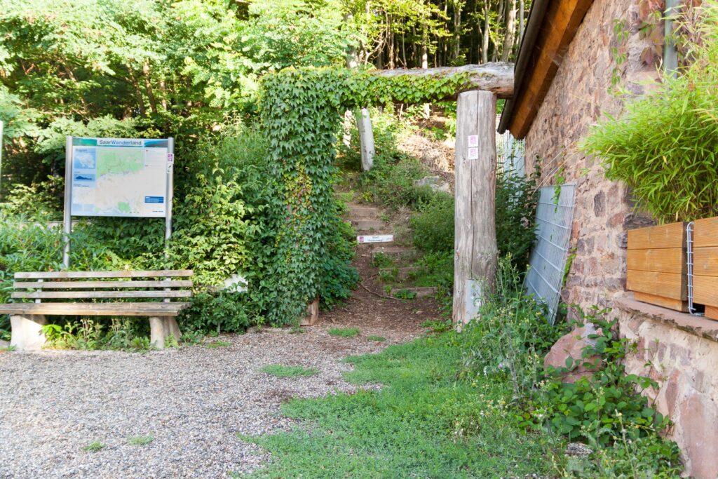 Start des Felsenwegs bei Waldhölzbach